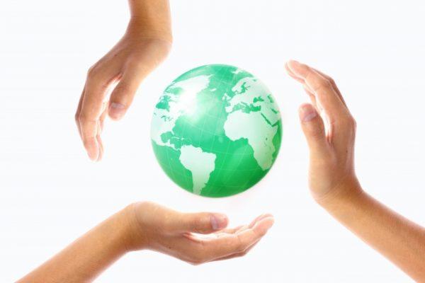 地球を温かく包む人の手